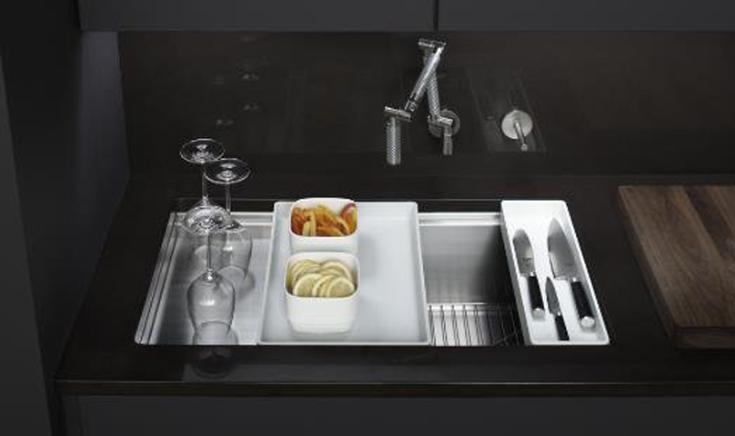 Sparkling stainless steel sink and flexible spray tap.
