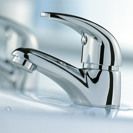 A timeless chrome bath filler tap pair