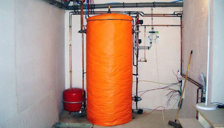 Hot water tank with warm jacket